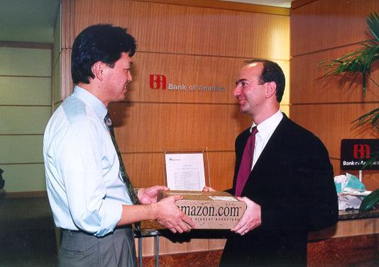 Jeff Bezos con il milionesimo cliente di Amazon